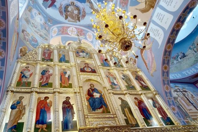 Подобных росписей нет больше нигде в мире. Это единст- венный храм с новаторскими фресками, созданными художником Александром Простевым по церковным канонам.