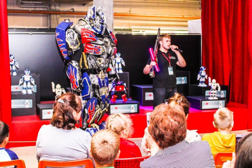 Зрелищные выступления роботов надолго запомнятся гостям.