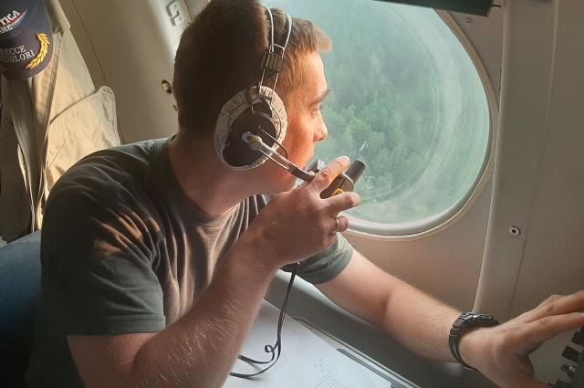 Работа по сбросу воды требует высокого мастерства, опыта и профессионализма как экипажа воздушного судна, так и летчика- наблюдателя Лесопожарного центра, который координирует весь процесс.