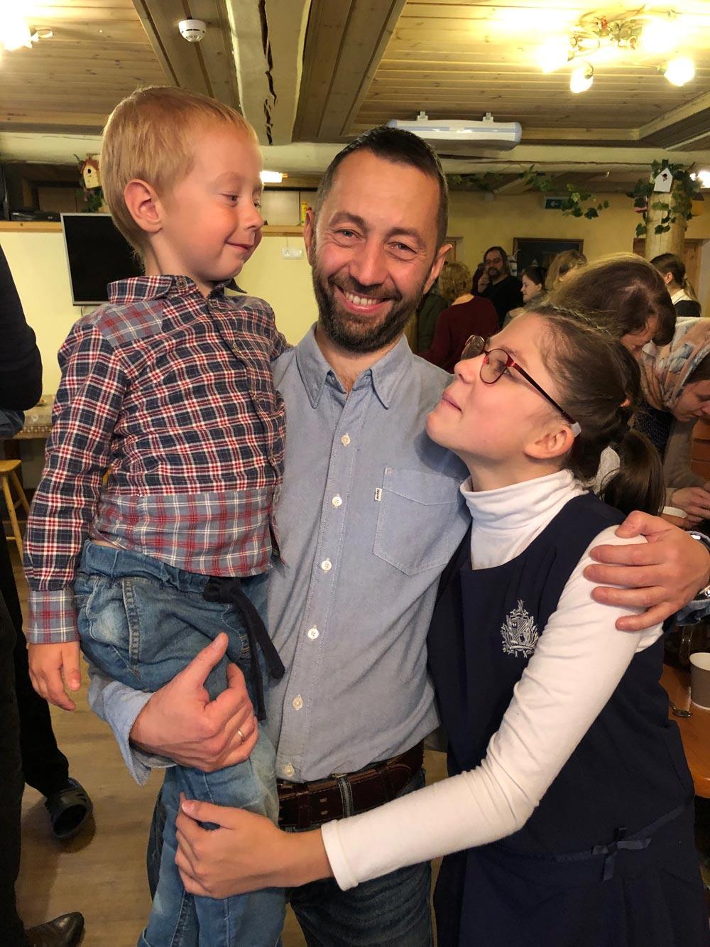 Андрей Гришин и его дети.