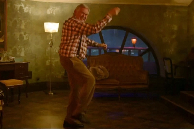 Юрий Стоянов поёт в фильме собственную песню и исполняет танец.