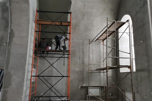 Два года назад в помещении оштукатурили стены. Сейчас идёт подготовка к шпаклёвке.