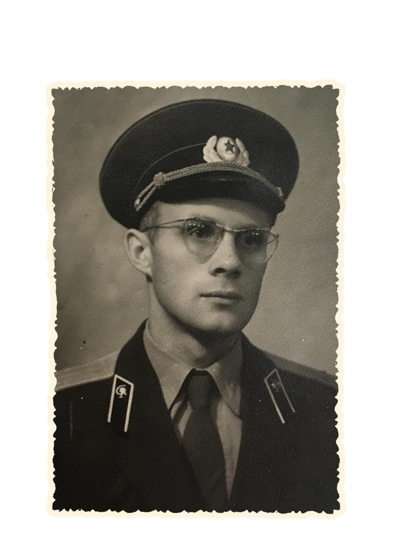 1955 год, окончил Ленинградскую военно-медицинскую академию.