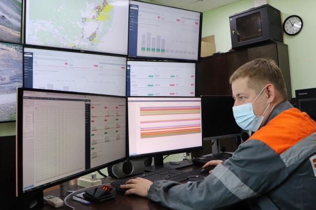 У горного диспетчера на мониторах отражаются подсказки, какие машины отстают от плана по итогу часа.
