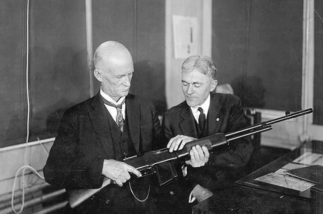 Джон Мозес Браунинг и оружейный эксперт Мистер Бертон осматривают винтовку БАР