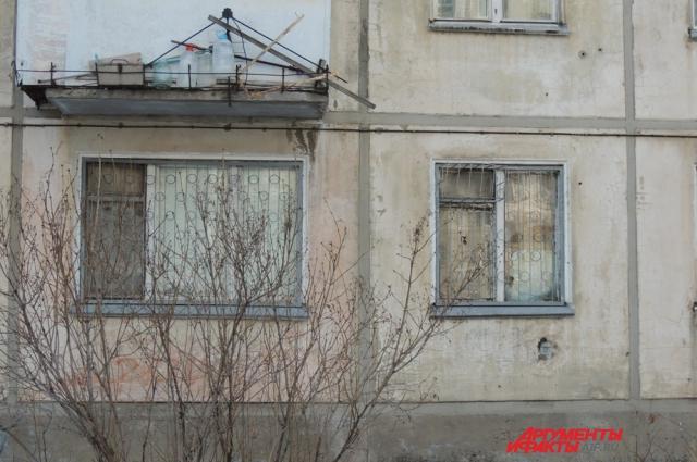 Окна нехорошей квартиры вместо стёкол забиты досками