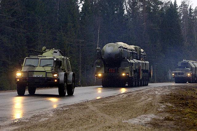 На марше: машина охраны, пусковая установка, машина обеспечения боевого дежурства
