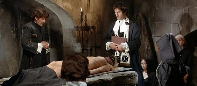 Маркиза де Монтеспан во время «чёрной мессы». кадр из фильма «Анжелика и король», 1966 год