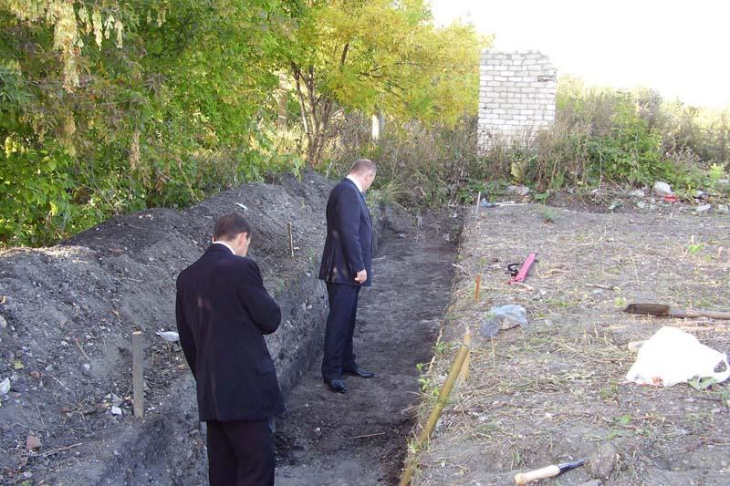 В раскопе - белые воротнички. Руководство департамента по культурному наследию осматривает раскопки поселения на Северном Венце.