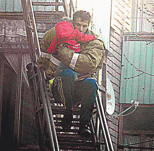 Александр Мордвов полез в открытый огонь в пожарной куртке с чужого плеча и домашних тренировочных штанах