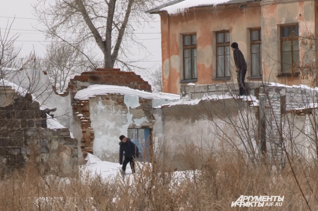 Переселенные дома стоят совсем рядом со школой и садиком.