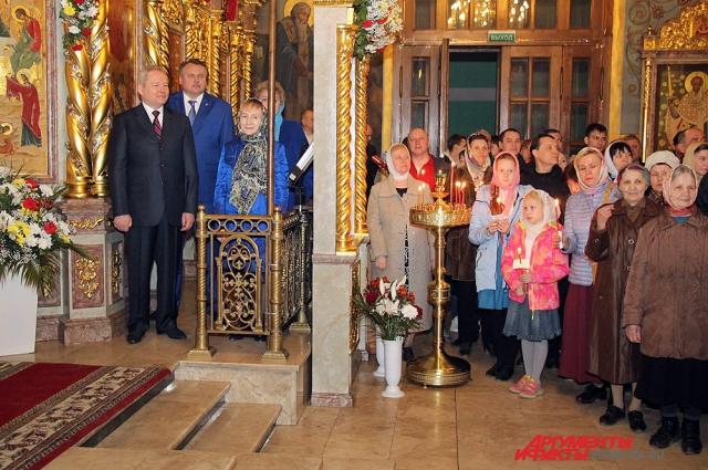 Несколько десятков человек посетили Пасхальную службу в Свято-Троицком кафедральном соборе.