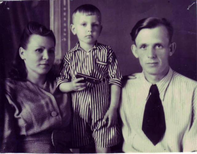 Валерий Павлов с родителями.