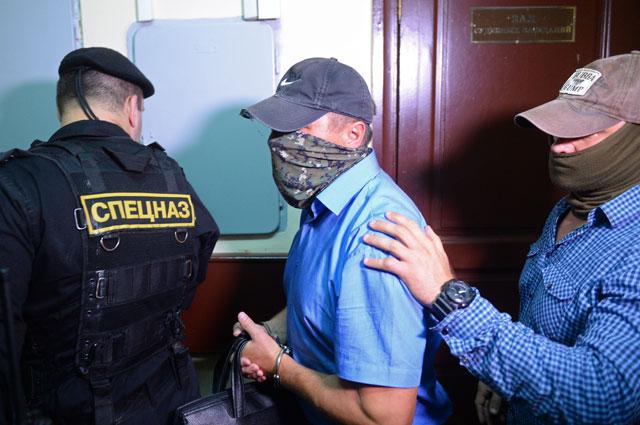Заместитель начальника управления собственной безопасности Следственного комитета России Александр Ламонов (в центре) после рассмотрениям ходатайства следствия о его аресте в Лефортовском суде Москвы.
