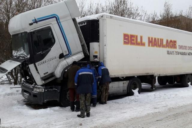 Другие водители пытались помочь Андрееву починить фуру.