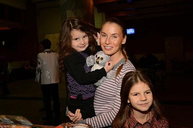 Ирина с дочерьми.