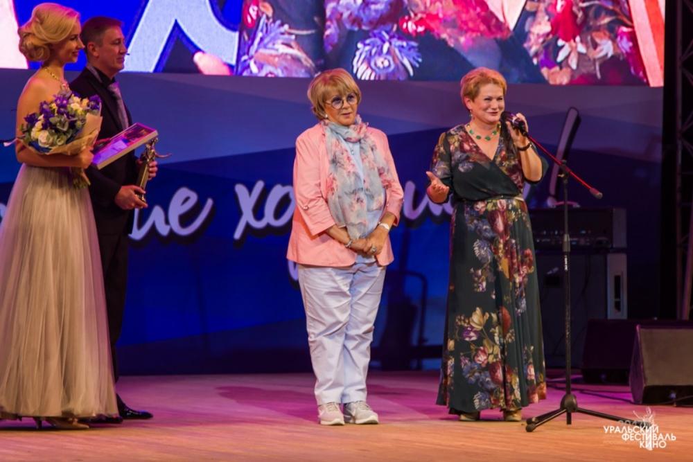 Светлана Учайкина вручает статуэтку «Уралкинофеста» режиссеру Алле Суриковой за вклад в киноискусство.
