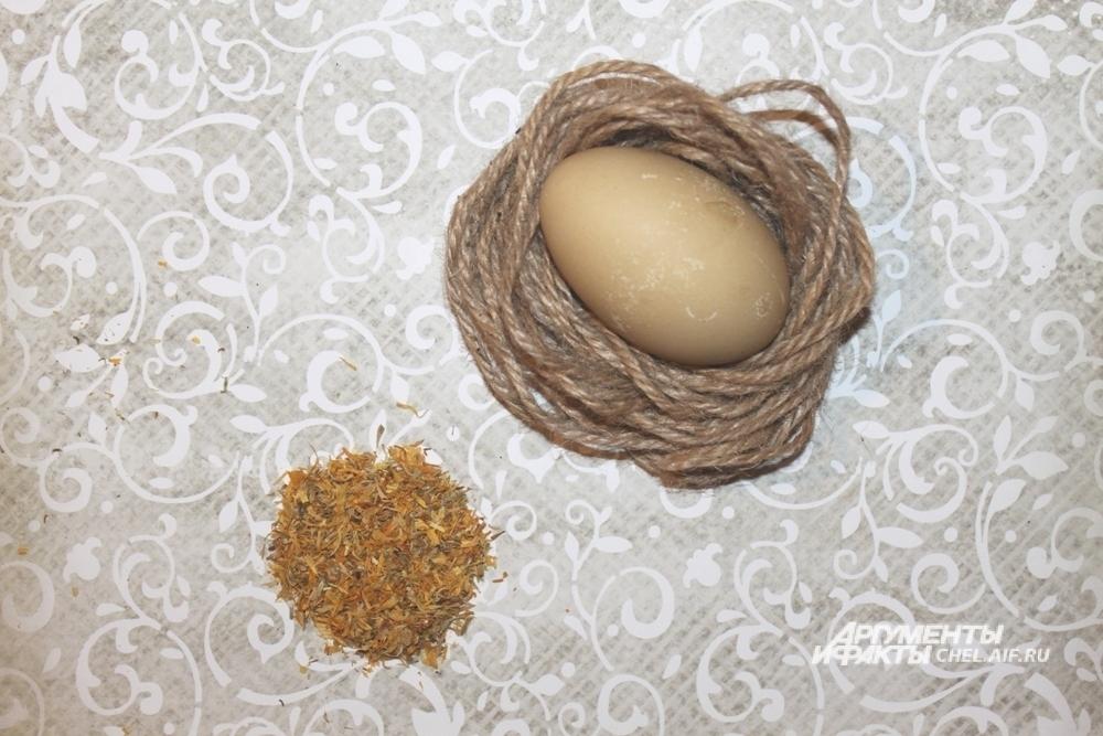 Календула окрасила яйца в бледно-жёлтый