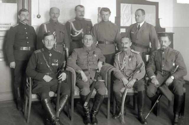 В штабе Сибирской армии. В первом ряду слева направо: командующий Р. Гайда, Колчак, начальник штаба Б. П. Богословский. Екатеринбург. Февраль 1919 года.