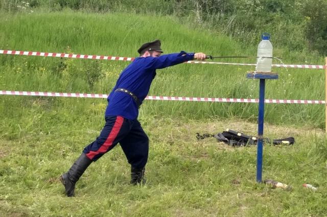 Особая гордость Сергея - турнир по рубке шашкой на фестивале.