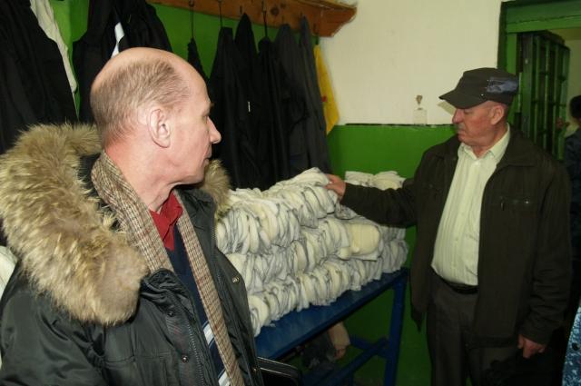 В цехах тюрьмы ЗК шьют такие рукавицы, которые на воле ценят за качество.
