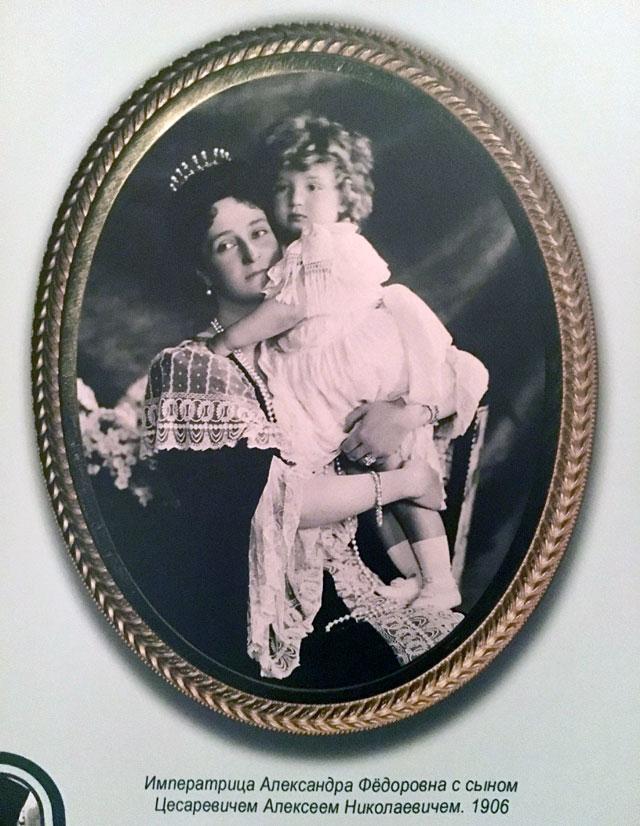Императрица Александра Федоровна с цесаревичем.