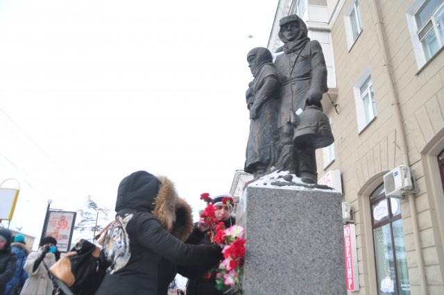 К памятнику детям блокадного Ленинграда каждый год в памятные дни возлагают цветы.