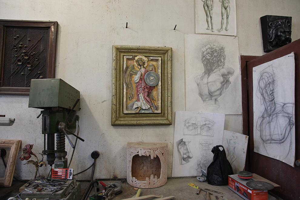 В мастерской Юрия Борисенкова.