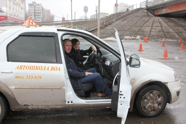 Евгений с инструктором по вождению.