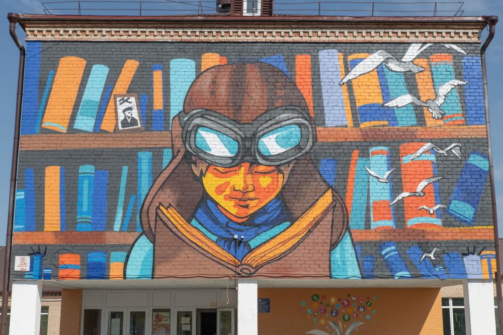 Красочный мурал появился на улице Советской в Кизиле.