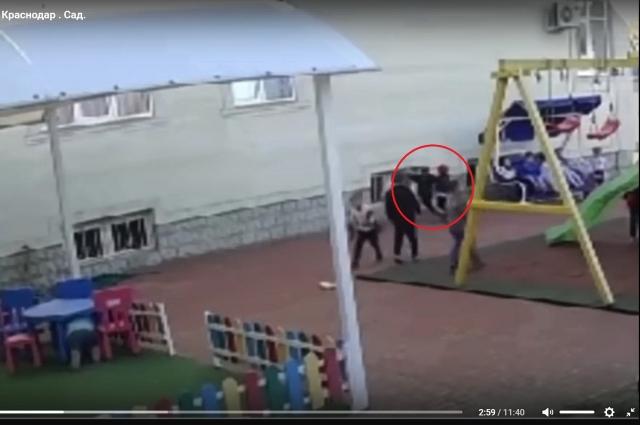Ваня ударяется головой об стену после удара сверстника в спину.