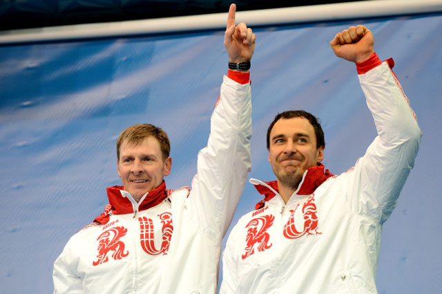 Александр Зубков и Алексей Воевода (Россия), завоевавшие золотые медали на соревнованиях двоек по бобслею среди мужчин на XXII зимних Олимпийских играх в Сочи, во время цветочной церемонии