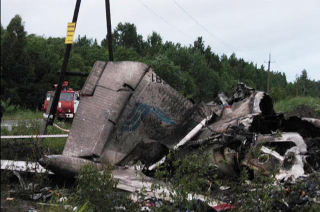 На месте жёсткой посадки на автотрассе в 15 км от взлётно-посадочной полосы останки самолёта ТУ-134, который с 43 пассажирами и пятью членами экипажа на борту совершал рейс из аэропорта Домодедово в Петрозаводск