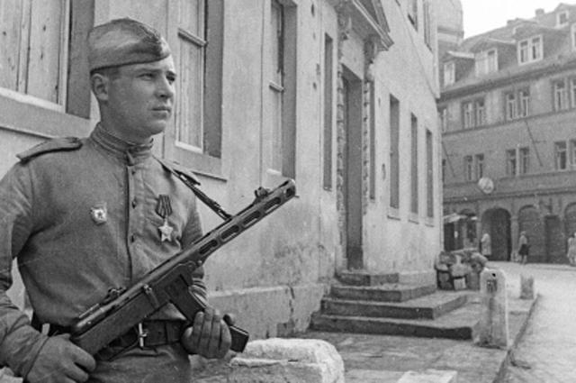 Советский солдат охраняет дом-музей Иоганна Гете в освобожденном Веймаре во время Великой Отечественной войны.