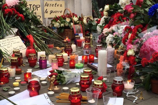 Цветы возле посольства Франции в Москве. Не смотря на разность идеологических программ, способность сопереживать никто не отменял.