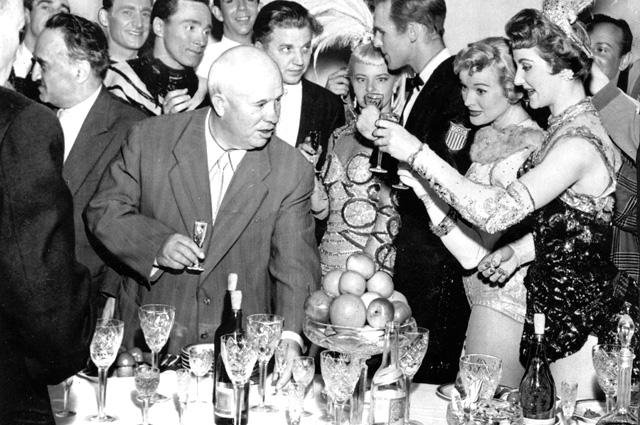 В отличие от Сталина, любившего камерные посиделки, Хрущёву нравился длинный стол...