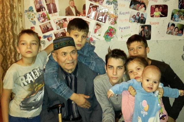 У Митхата Ибрагимова семеро детей, 16 внуков и 10 правнуков.