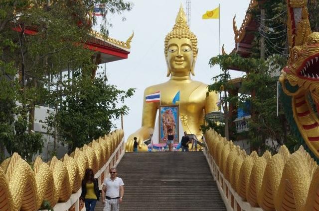 Статуи золотого Будды в Таиланде встречаются очень часто.