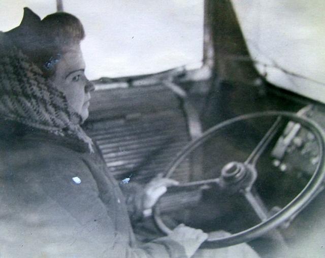 Анна Попова за рулём троллейбуса.