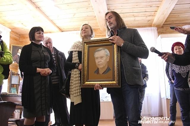 Художник Никас Сафронов с портретом Распутина.