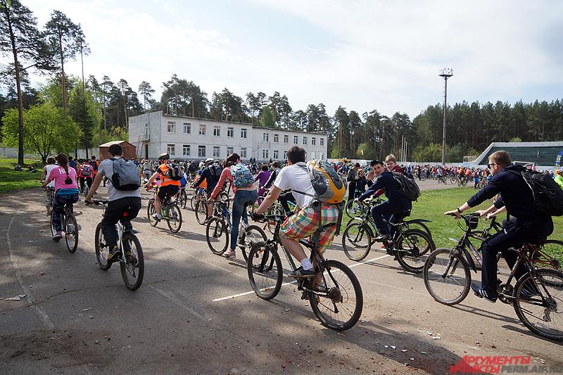 Сбор велосипедистов состоялся утром на стадионе Локомотив.
