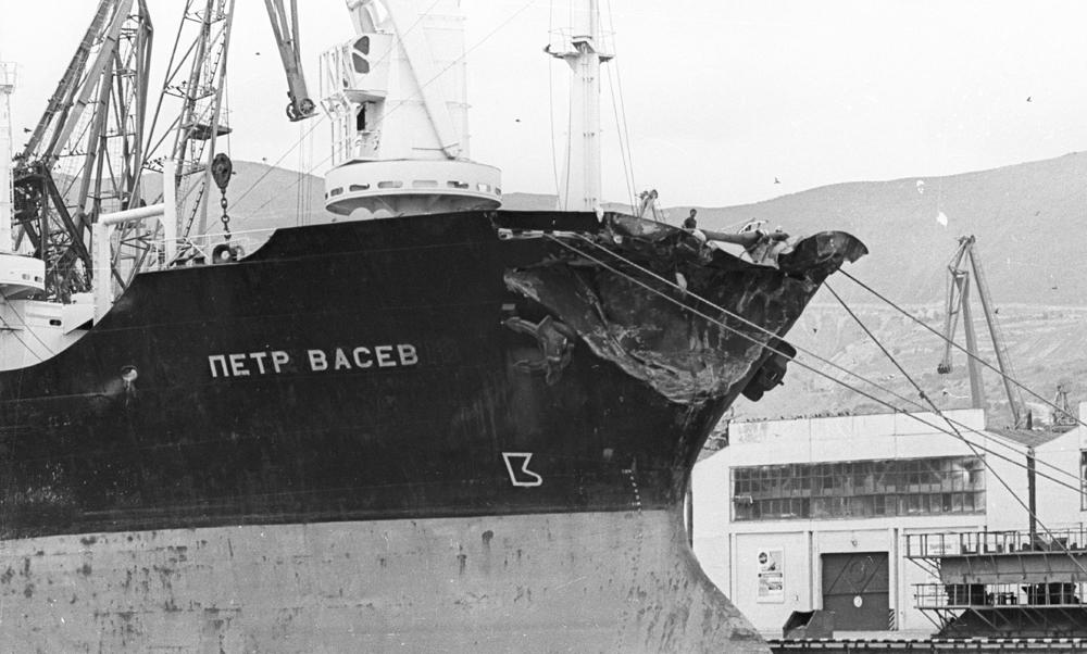 Корабль «Пётр Васев» в новороссийском порту.
