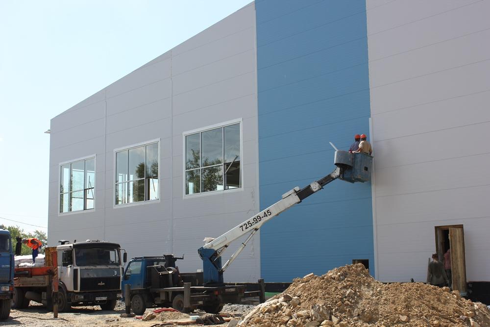Строители завершили монтаж коробки здания. Теперь основной упор на отделочные работы, прокладку коммуникаций и благоустройство.