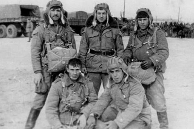 Сергей Скрипаль (в центре) в 1977 г.