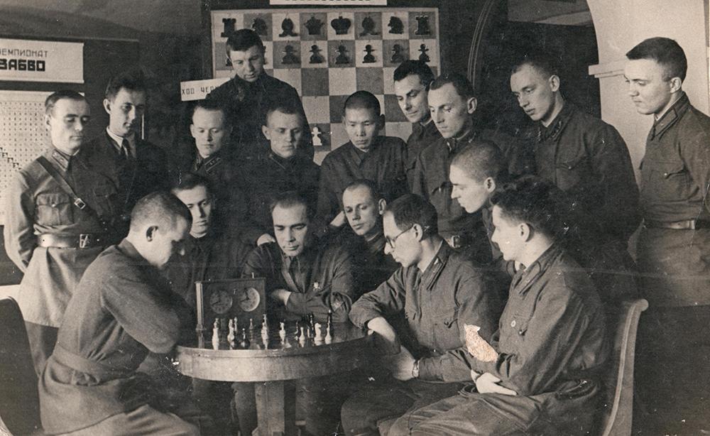 Рашид Нежметдинов играет партию на 2-м шахматном чемпионате Забайкальского военного округа. 1941 год.