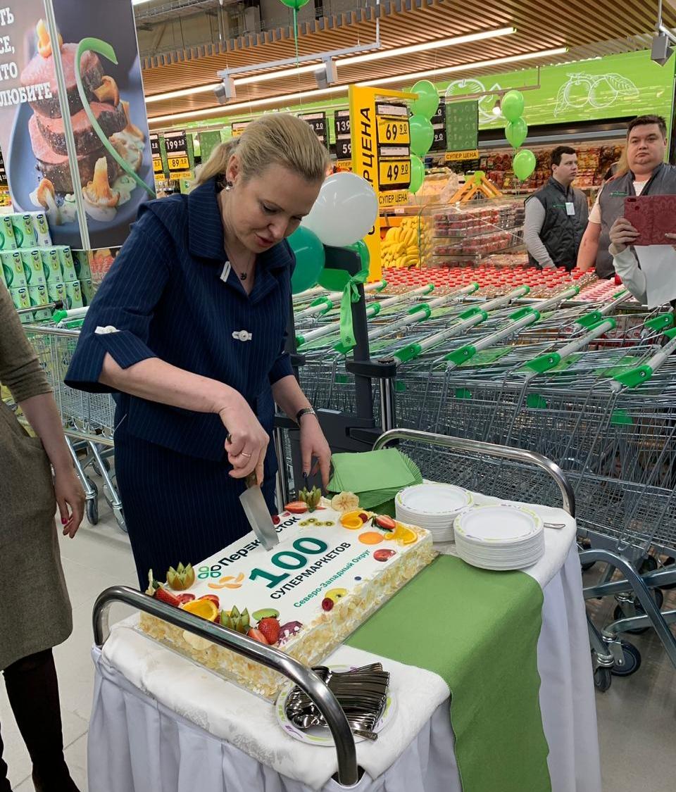 На открытии магазина попробовали праздничный торт