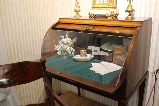 В бюро хранилось множество секретов владельца.