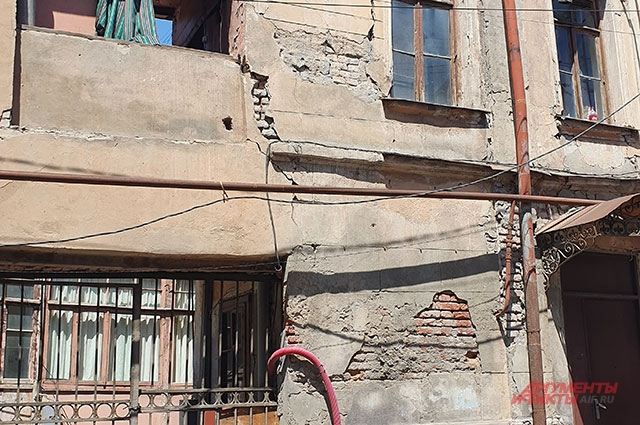 Вот в таких домах живут люди в Тбилиси.