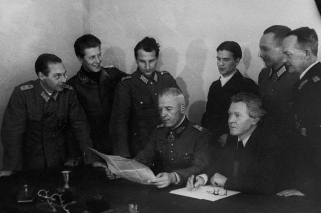 Заседание комитета «Свободная Германия». Слева направо за столом сидят Вальтер фон Зейдлиц и Эрих Вайнерт — президент комитета.