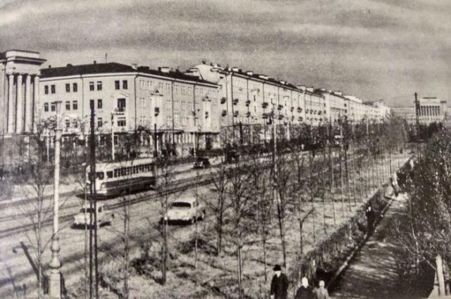 Вид на улицу Ленина где-то в промежутке между 1950 и 1965 годами. Слева виднеется Автодорожный техникум, а вдали справа уже корпус УПИ.